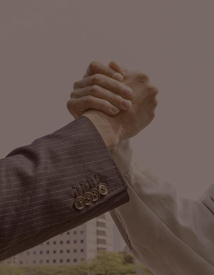 協力業者と握手するイメージ写真